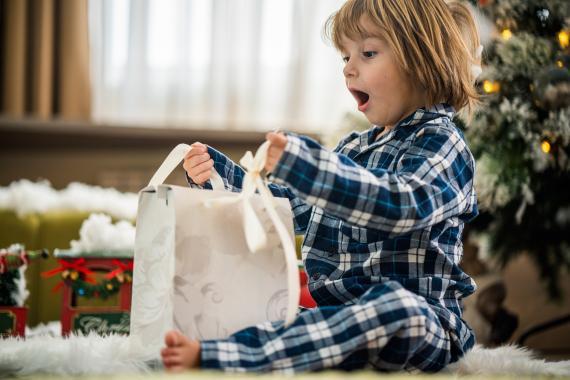 Regalo para niños en Navidad.