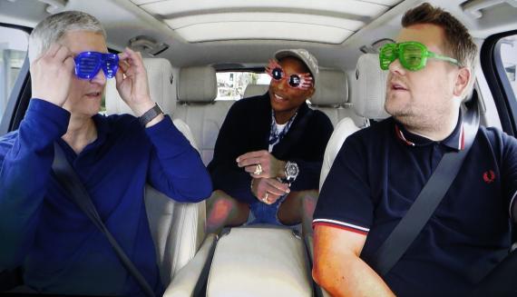 Tim Cook, CEO de Apple, a la izquierda, durante un programa de comedia en un coche con James Corden y Pharrell Williams, en 2016