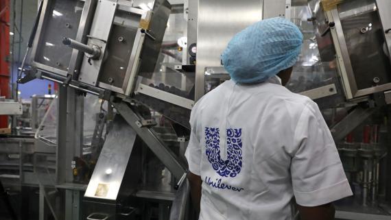 Una trabajadora en una fábrica de Unilever en Nigeria