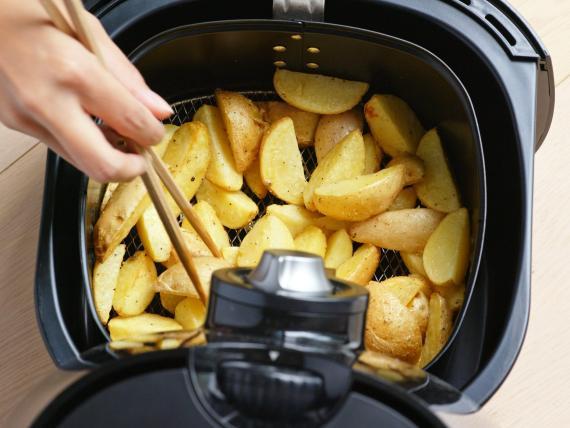 Las freidoras de aire pueden ayudarte a preparar alimentos crujientes en un santiamén.