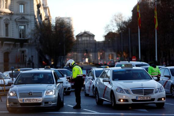Agente controlando el tráfico