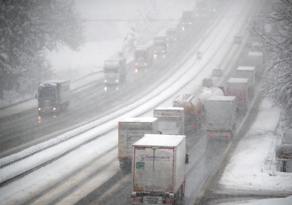 Atasco en carretera con nieve