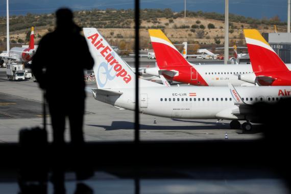 Aviones de Iberia y Air Europa, aparcados en el Aeropuerto de Adolfo Suárez-Barajas, en Madrid, en plena pandemia del coronavirus.
