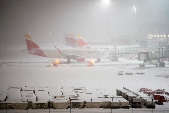 Aviones aparcados en medio de la nieve en el Aeropuerto de Madrid-Barajas, en enero de 2020.