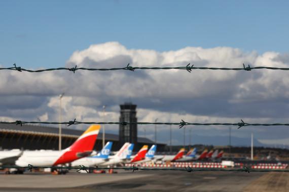Aviones de Iberia y Air Europa aparcados en el Aeropuerto de Madrid-Barajas Adolfo Suárez, en Madrid, en diciembre de 2020.