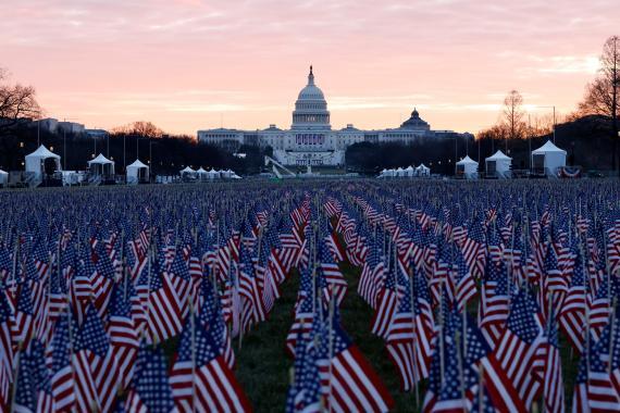 Banderas de Estados Unidos frente al Capitolio