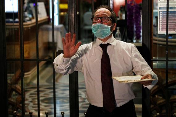 Camarero en una terraza durante la pandemia de COVID-19, en Roma, Italia.