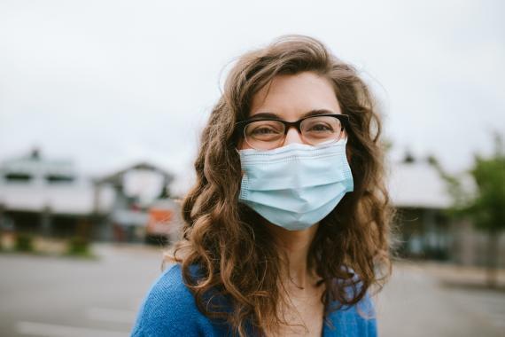 Chica con gafas y mascarilla