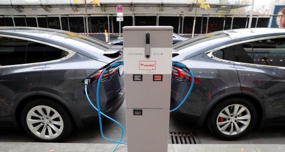 Coche eléctrico cargando la batería