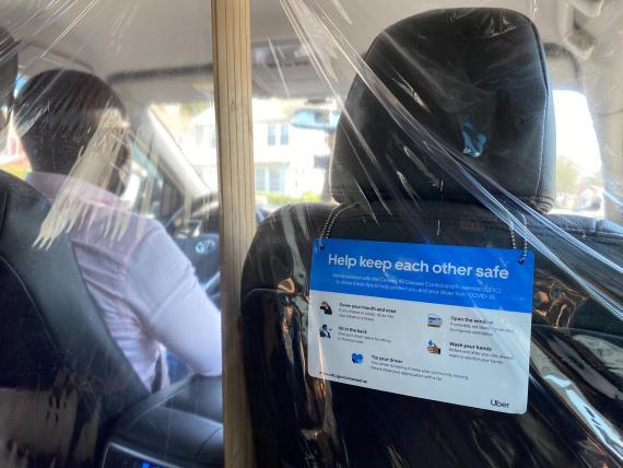 Un conductor de Uber lleva unas mascarilla contra el coronavirus en Nueva York, Estados Unidos.