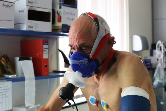 Un paciente de coronavirus recuperado es monitorizado por el personal médico del Departamento de Cardiología de Rehabilitación en Génova, Italia, el 23 de julio de 2020.