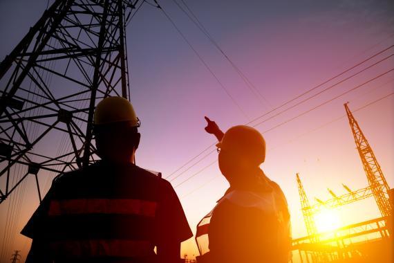 Dos operarios en una central eléctrica.
