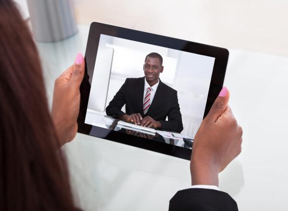 Hacer un entrevistas por video tiene sus particularidades, intenta sacarle el máximo partido.