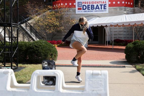 Una estudiante universitaria graba un video para TikTok
