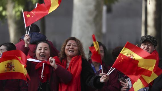 Un grupo de mujeres chinas agitan banderas españolas y de su país durante la visita del presidente chino Xi Jinping a Madrid