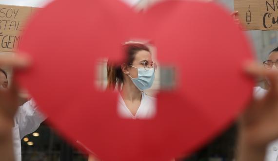 Un grupo de sanitarios reclama mejoras salariales ante un hospital en Barcelona