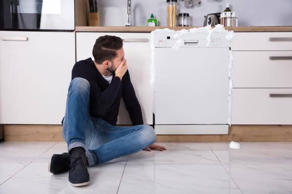 Hombre asustado por usar mal el jabon en el lavavajillas