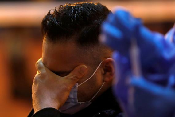 Un hombre se lamenta durante un test de coronavirus