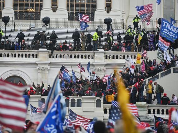 Los partidarios del presidente Donald Trump toman los balcones y los andamios de inauguración en el Capitolio de los Estados Unidos el miércoles 6 de enero de 2021 en Washington, DC.