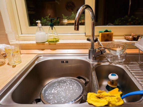 Hay ciertas cosas que pueden obstruir el desagüe de tu fregadero.