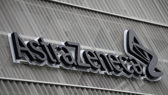 El logotipo de la farmacéutica AstraZeneca en su sede en Bruselas (Bélgica)