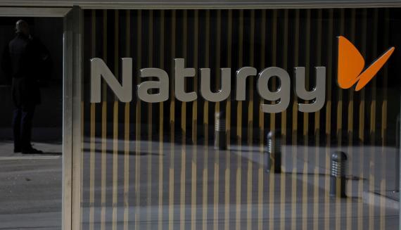 El logotipo de Naturgy en la fachada de su sede en Madrid