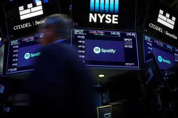 El logotipo de Spotify en la Bolsa de Nueva York.