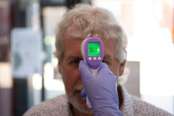 Medición de temperatura con un termómetro