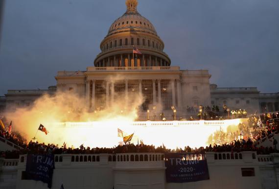 El momento de una explosión causada por munición policial en la entrada del Capitolio de Estados Unidos, asaltado por centenares de partidarios de Donald Trump.