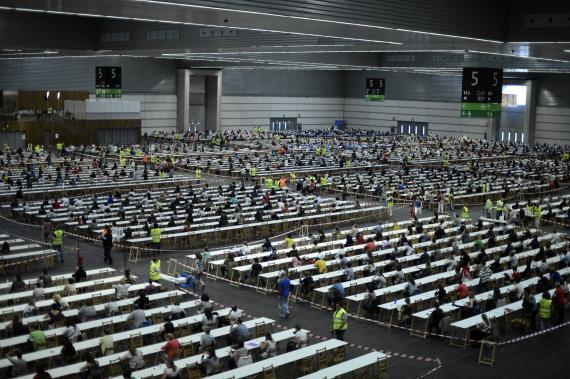 Muchas personas realizan un examen.