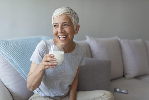 Mujer bebiendo un vaso de leche
