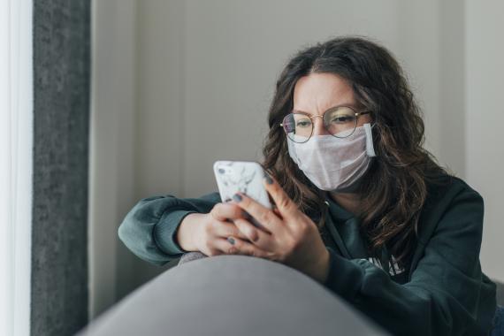 Mujer utilizando el móvil.