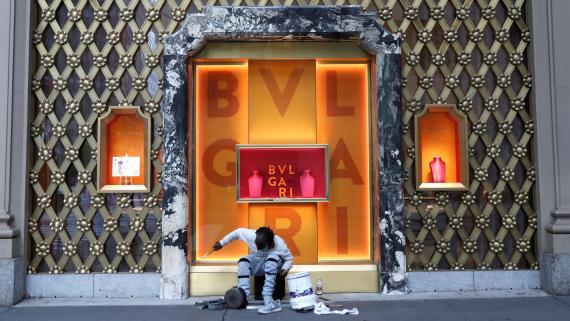 Un músico callejero ante una tienda de Bulgari en Nueva York