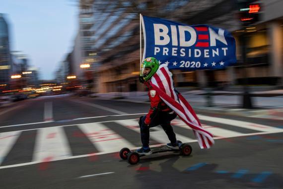Un partidario del presidente electo de Estados Unidos, Joe Biden, ondea su bandera antes de la toma de posesión.