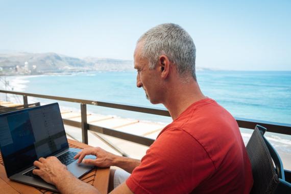 Shane Pearlman trabajando desde su casa en Gran Canaria.