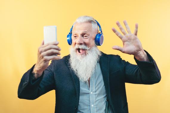 Persona mayor moderna con teléfono móvil