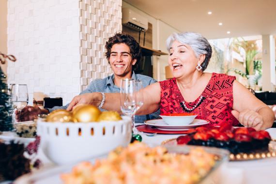 personas comiendo a la mesa
