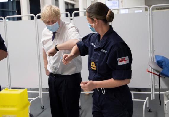 El primer ministro británico Boris Johnson en un centro de vacunación de Reino Unido