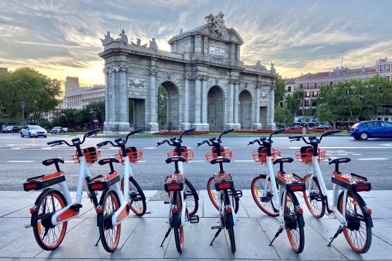 Bicicletas eléctricas compartidas de RideMovi en Madrid.