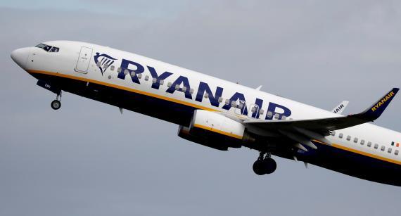 Un avión de Ryanair sale del Aeropuerto de Manchester, en Reino Unido.