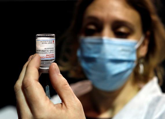 Sanitaria prepara una vacuna de Moderna.