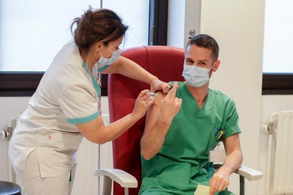 Un sanitario es vacunado con la vacuna de Moderna: COVID-19 Vaccine Moderna.