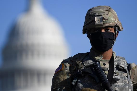 Un soldado vigila el edificio del Capitolio
