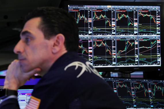 Trader atento a las cotizaciones en Wall Street.