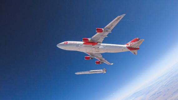 El avión de Virgin Orbit poniendo en órbita el cohete LauncherOne.