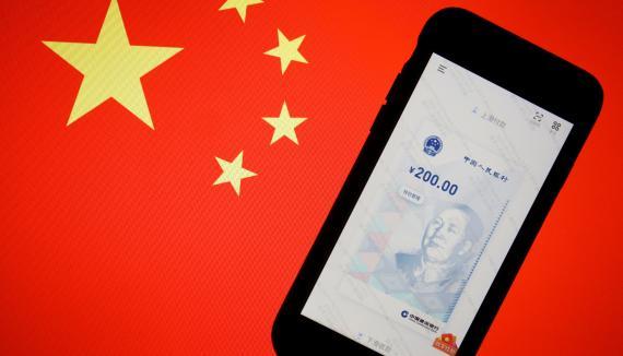 La aplicación para usar el yuan digital, sobre una bandera china