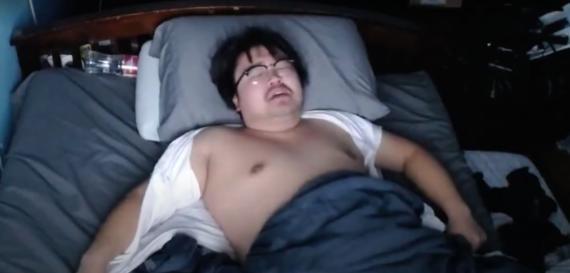 Asian Andy, desesperado, se rasgó la camisa en plena noche. Seguro que al ver su cuenta bancaria se tranquilizó (YouTube-Asia Andy)