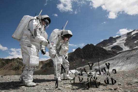 Astronautas prueban el robot lunar Puli Rover.