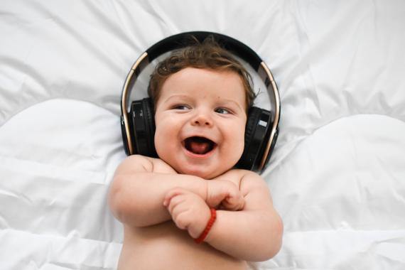 Bebé con auriculares