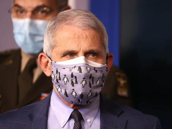 El Dr. Anthony Fauci, director del Instituto Nacional de Alergias y Enfermedades Infecciosas, con doble mascarilla durante una sesión informativa del Grupo de Trabajo sobre el Coronavirus de la Casa Blanca el 19 de noviembre de 2020.
